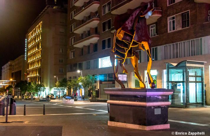 Fotografare Di Notte Senza Cavalletto.In Una Citta Di Notte Con Una Fotocamera Digitale Senza